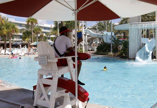 Emplois d'été : le manque de jeunes crée un casse-tête dans l'industrie du tourisme