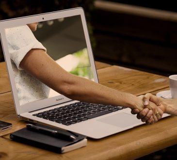 Passer par les réseaux sociaux pour recruter de jeunes travailleurs