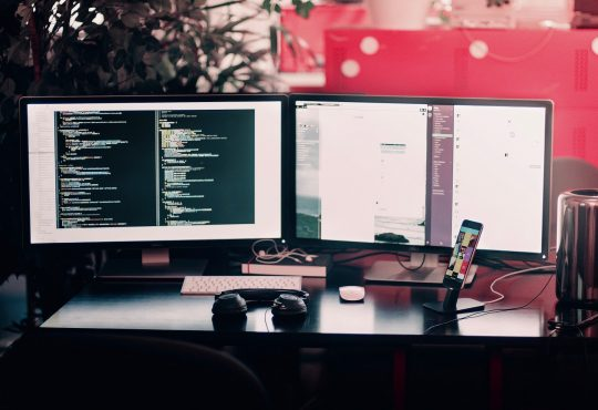 Portrait d'un travailleur en intelligence artificielle: Lorsque la technologie et l'expertise du secteur se rencontrent